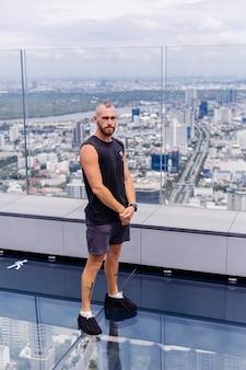 방콕에서 rd 유리 바닥에 잘 생긴 잔인한 수염 백인 남자