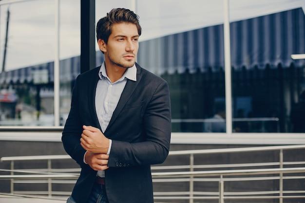 Красивый бизнесмен в летнем городе