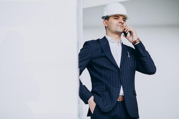 건물에 모자에 잘 생긴 비즈니스 남자 엔지니어