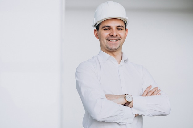 Красивый деловой человек инженер в каске в здании