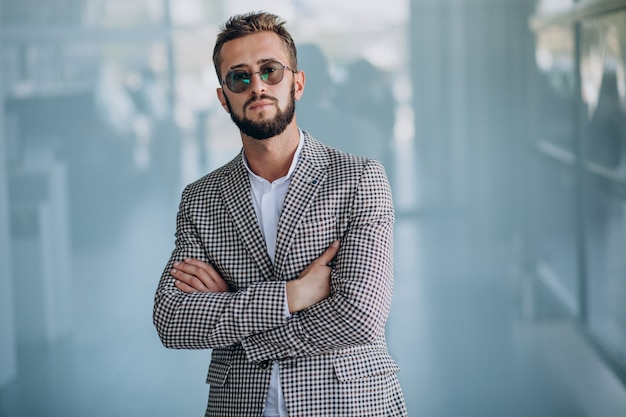 Красивый деловой человек, стоящий в офисе