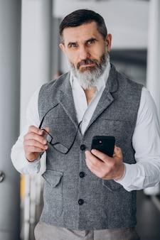 オフィスで電話で話しているハンサムなビジネスマン