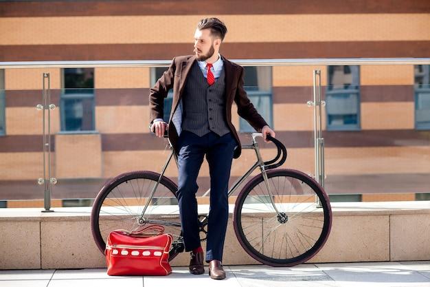 ハンサムな実業家と彼の自転車