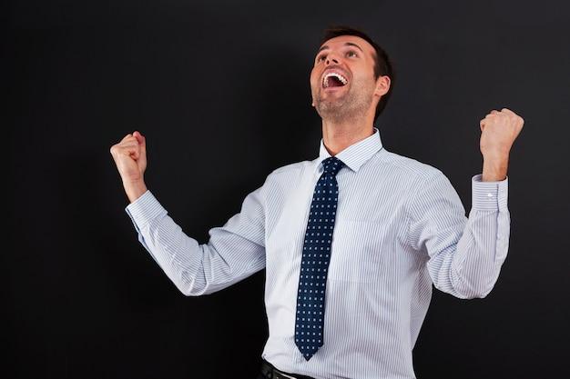Красивый бизнесмен аплодирует