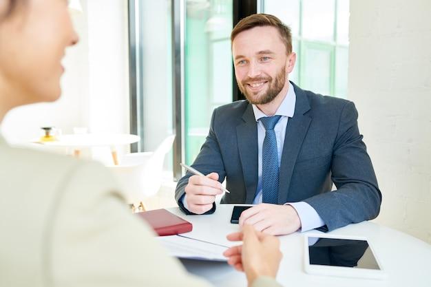 パートナーシップを議論するハンサムなビジネスマン