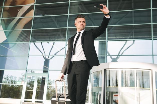 スーツに身を包んだハンサムな実業家