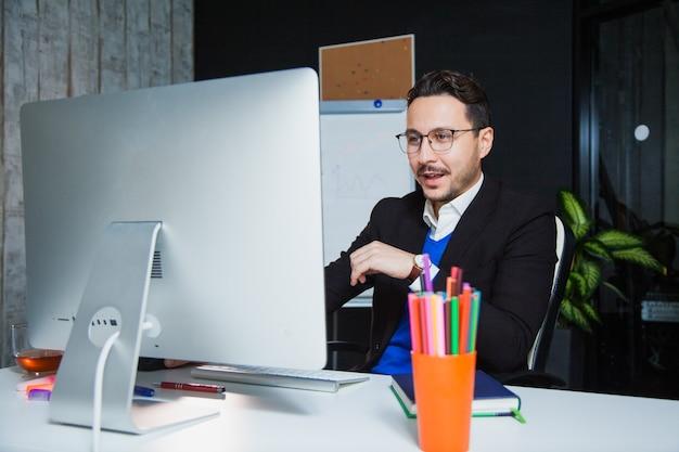 잘 생긴 사업가 열정적 인 회사원 컴퓨터 모니터