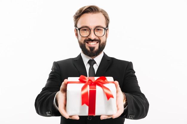 ハンサムなビジネスマンはあなたにギフトプレゼントボックスを与えます。