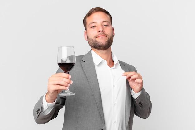 와인을 마시는 잘생긴 사업가