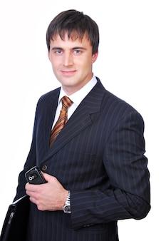 黒のフォルダーを保持しているハンサムなビジネスマン