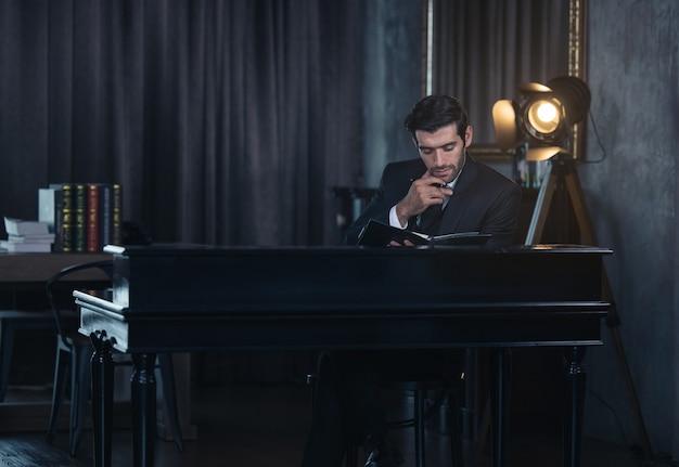 Красивый бизнесмен, планирование работы и заметок.