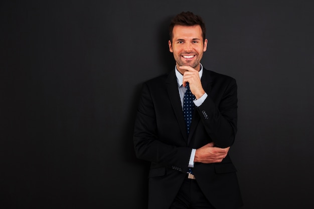 Красивый бизнесмен, стоя у доски
