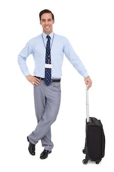 Красивый бизнесмен, стоя с его чемодан