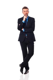 Uomo d'affari bello che pensa a qualcosa