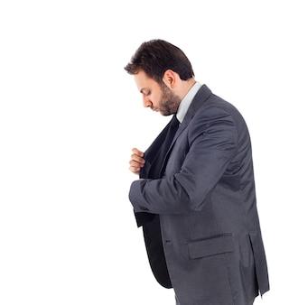 Uomo d'affari bello sul muro bianco