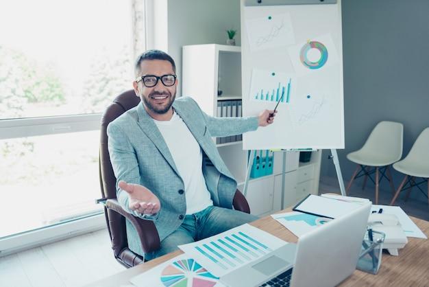 Красивый бизнесмен с синей курткой, работающей в офисе