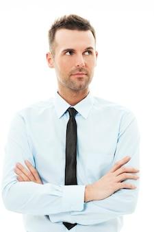 腕を組んで目をそらしているハンサムなビジネスマン