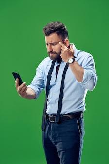Uomo d'affari bello con il telefono cellulare.