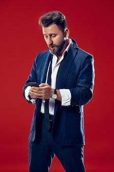 Красивый бизнесмен с мобильным телефоном
