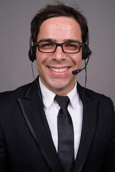 コールセンターの代表として働いているハンサムなビジネスマン