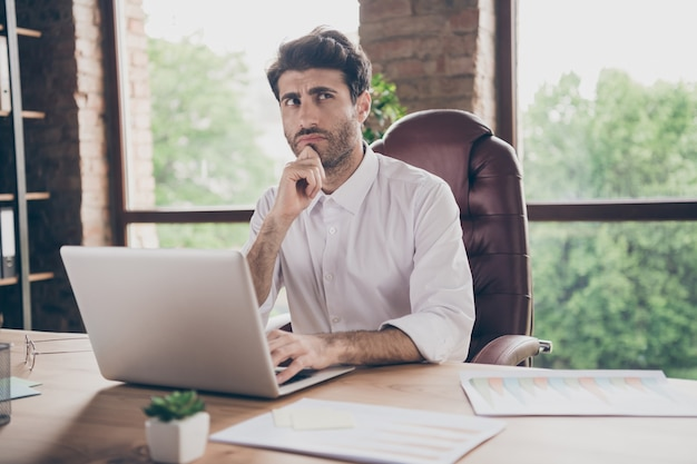 Красивый бизнесмен, работающий в офисе