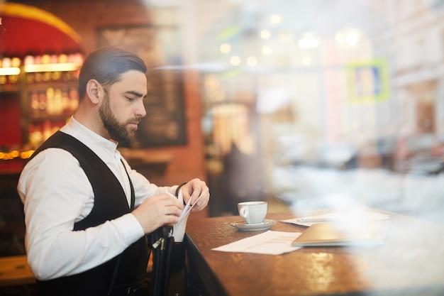 Красивый бизнесмен работает в роскошном ресторане