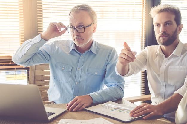 Красивые бизнесмены слушают своего коллегу.
