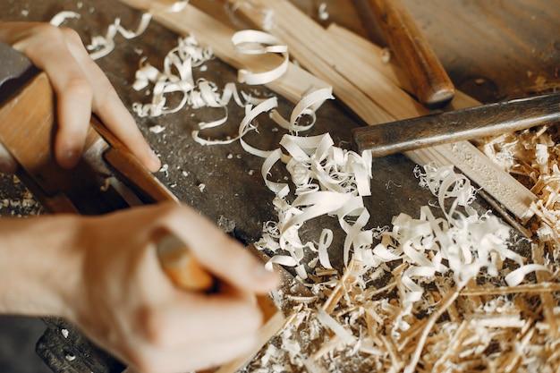 Красивый плотник работает с деревом