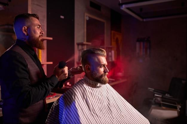 理髪店の美容院でハンサムな白人男性