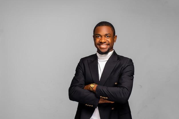 ワークスペースオフィスでハンサムな陽気なアフリカ系アメリカ人エグゼクティブビジネスマン