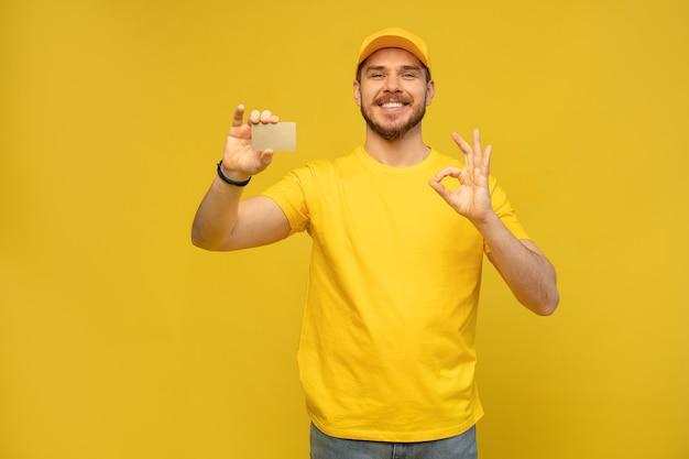 黄色の壁に名刺とハンサムな宅配便