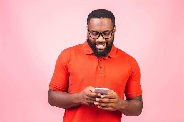 Красивый возбужденный веселый радостный восхитительный афро-американский парень