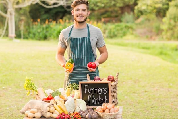 Красивый фермер с перцем