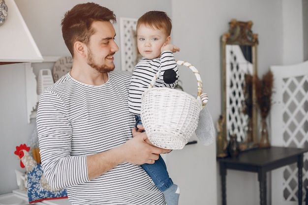 台所で幼い息子を持つハンサムな父親