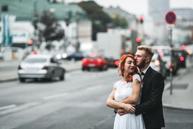 Sposo bello che bacia la sua cute moglie