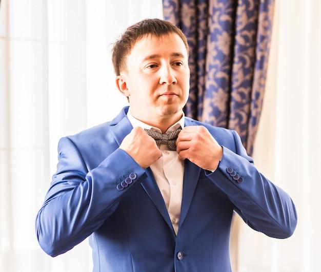 ハンサムな新郎が結婚式の準備