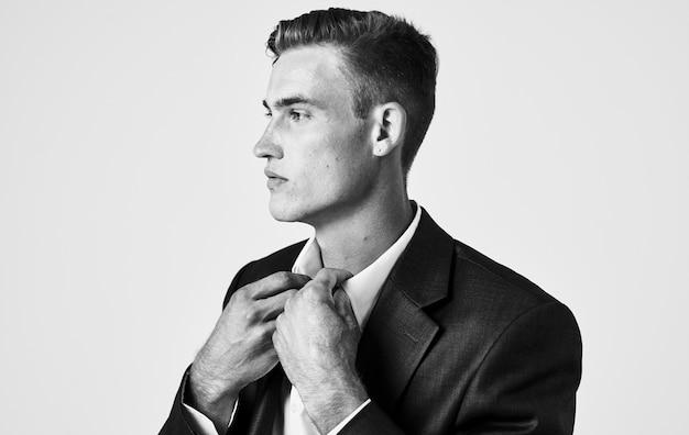 클래식 정장 헤어 스타일 흑백 사진에 잘 생긴 남자. 고품질 사진