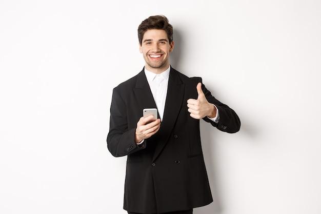 Красивый парень в модном костюме делает комплимент