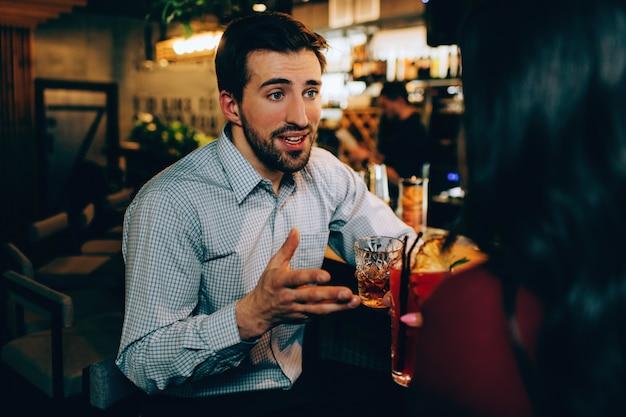 Красивый парень разговаривает с девушкой, которая ему нравится