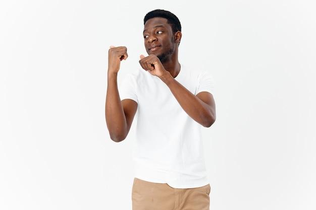 アフリカの外観のハンサムな男は、横に指を示しています