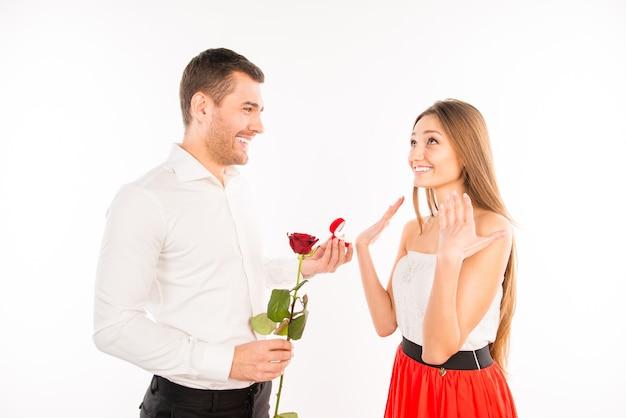 Красивый парень делает предложение своей девушке