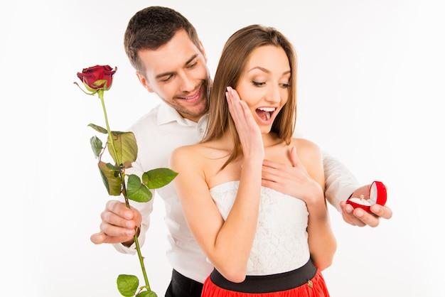 彼のガールフレンドにプロポーズするハンサムな男