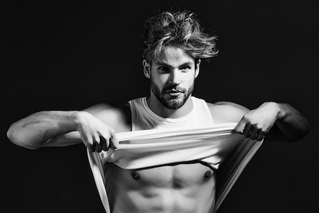 흰색 조끼에 잘 생긴 남자 섹시한 젊은 사나이 남자 모델은 회색에 벌거 벗은 근육질 몸통을 가지고 프리미엄 사진