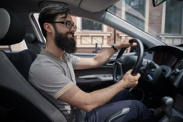 Красивый, счастливый человек за рулем автомобиля