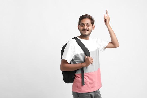 バッグを運ぶハンサムなインドの大学生