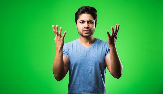 잘 생긴 인도 또는 아시아 우울한 남자가 고립 된 찾고 스트레스와 불안 문제가있는 긴장.