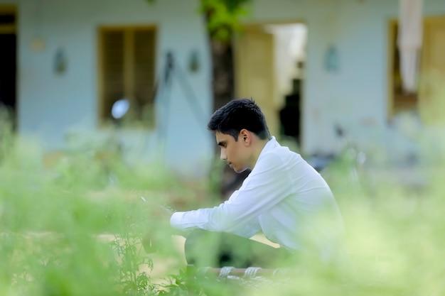 白いシャツを着ているハンサムなインド少年