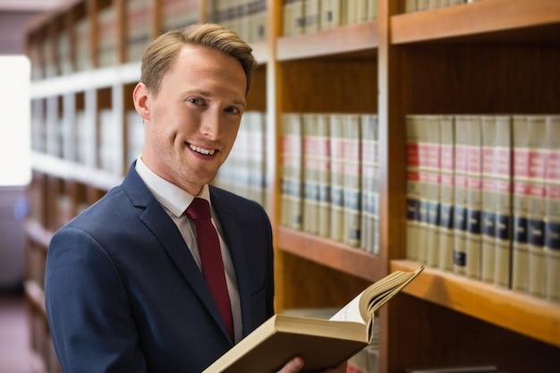 Красивый юрист в юридической библиотеке