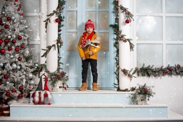 クリスマスのハンサムな男の子