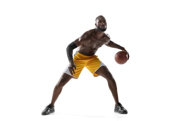 모션과 흰 벽에 고립 된 행동에 잘 생긴 남자 농구 선수